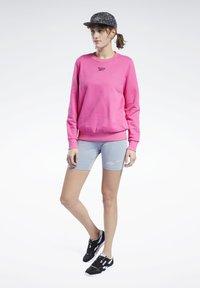Reebok Classic - CLASSICS LOGO CREW - Sweatshirt - pink - 1