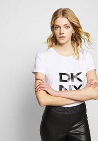 DKNY - Triko spotiskem - white - 3