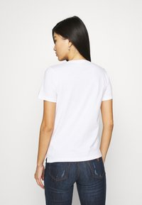 Guess - ICON TEE - Print T-shirt - true white - 2