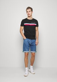 Tommy Hilfiger - GLOBAL STRIPE TEE - T-shirt z nadrukiem - black - 1