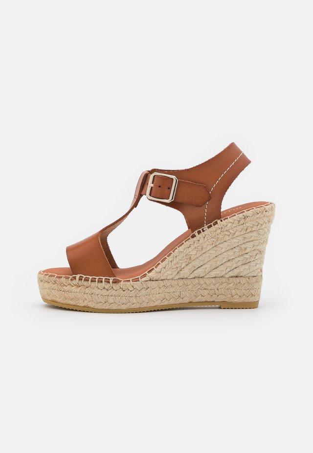 Sandały na platformie - tan