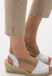 BRAX - STYLE CARO S - Trousers - toffee - 4