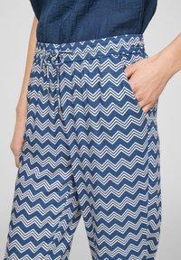s.Oliver - BROEKEN - Trousers - faded blue zic zac stripes - 3