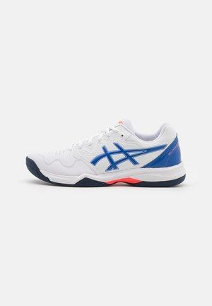 GEL-DEDICATE 7 INDOOR - Tenisové boty na všechny povrchy - white/lapis lazuli blue