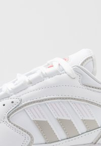 adidas Originals - 2000 - Sneakersy niskie - footwear white/grey one/purple tint - 2