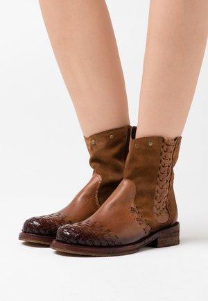 COOPER - Cowboy/biker ankle boot - uraco marvin santiago brown