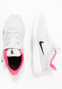 Nike Performance - REVOLUTION 5 FLYEASE - Obuwie do biegania treningowe - photon dust/black/white/pink glow - 0