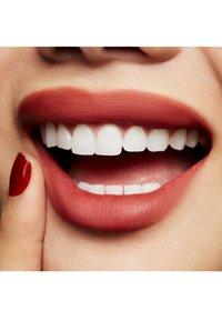 MAC - POWDER KISS LIQUID LIPCOLOUR - Rouge à lèvres liquide - devoted to chili - 2