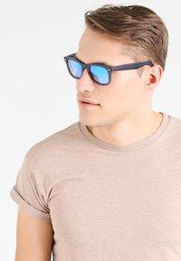 Ray-Ban - WAYFARER - Sunglasses - blue - 0