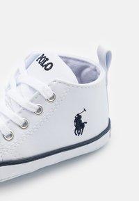 Polo Ralph Lauren - HAMPTYN HI LAYETTE UNISEX - First shoes - white/navy - 5