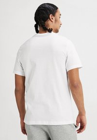 Nike Sportswear - TEE JUST DO IT - Camiseta estampada - white/black