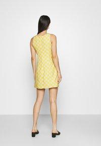 Glamorous - MINI DRESS WITH FRONT SIDE SPLITS - Kjole - yellow checkboard - 2