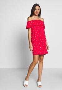 Pour Moi - TEXTURED PRINT BARDOT BEACH DRESS - Complementos de playa - red - 1