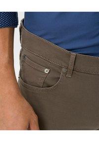 BRAX - STYLE CHUCK - Slim fit jeans - sand - 4