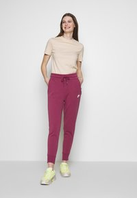 Nike Sportswear - W NSW TCH FLC PANT - Joggebukse - mulberry rose/white - 1