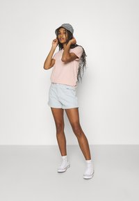 Levi's® - THE PERFECT TEE - T-shirt con stampa - sand - 1