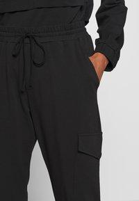 Kaffe - KASIGGI LINDA PANTS  - Cargo trousers - black deep - 4