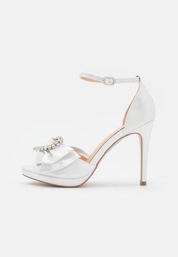 JOJO - Korkeakorkoiset sandaalit - white shimmer