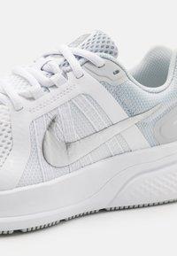 Nike Performance - RUN SWIFT 2 - Zapatillas de running neutras - white/metallic silver/pure platinum - 5
