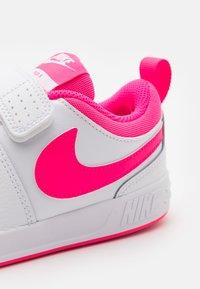 Nike Performance - PICO 5 UNISEX - Scarpe da fitness - white/hyper pink - 5