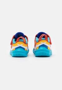 Nike Performance - TEAM HUSTLE D 10 SE UNISEX - Scarpe da basket - black/white/concord/university gold - 2