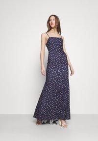 Missguided - FLORAL CAMI FISHTAIL BRIDESMAID DRESS - Sukienka z dżerseju - navy - 0