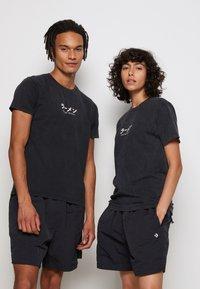 Kaotiko - WASHED RAMEN - T-shirt med print - black - 2