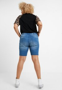 Zizzi - EMILY SLIM LEG - Shorts - light blue denim - 2