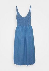 VILA PETITE - VIFANZI MIDI STRAP DRESS - Denimové šaty - light blue denim - 1