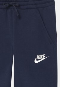 Nike Sportswear - PLUS CLUB - Trainingsbroek - midnight navy - 2