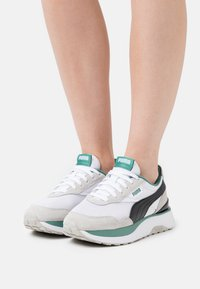 Puma - CRUISE RIDER CLASSIC - Trainers - white/gray violet/black - 0