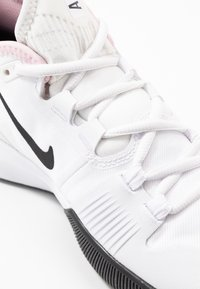 Nike Performance - COURT AIR MAX WILDCARD - Kengät kaikille alustoille - white/black/pink foam - 5