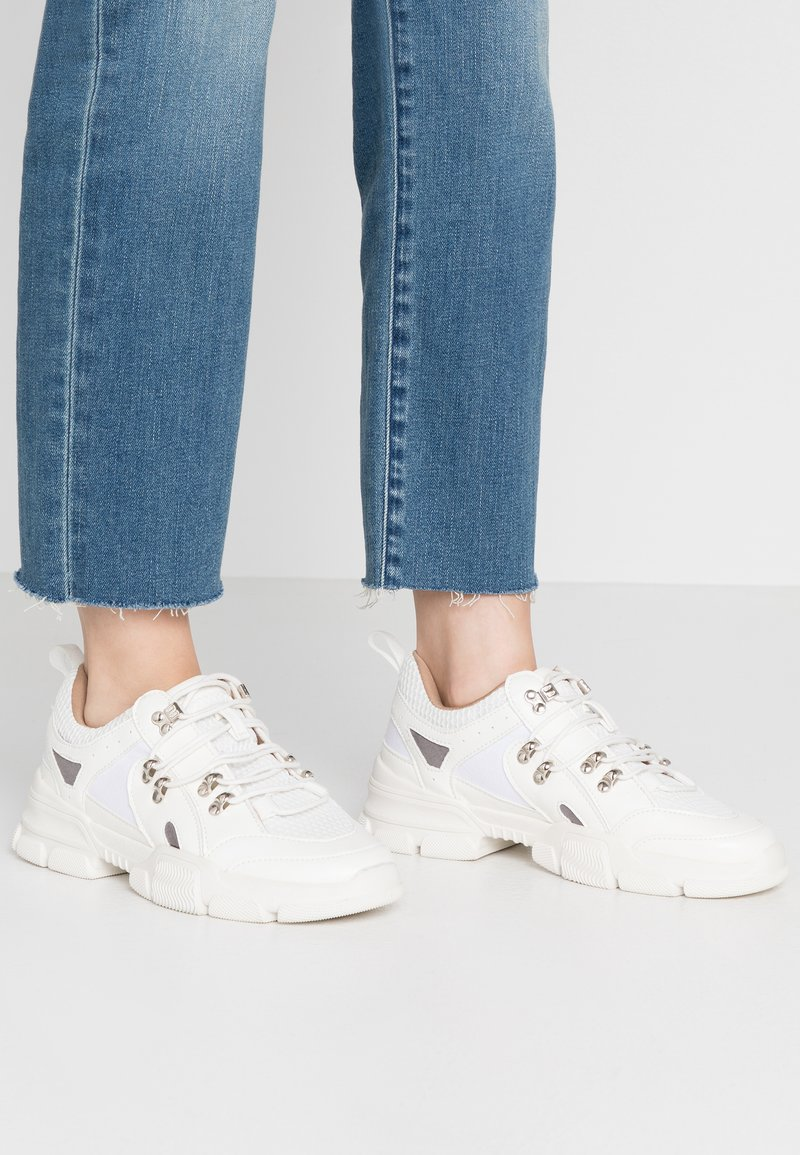 Missguided - DETAIL LACE UP TRAINER - Trainers - white