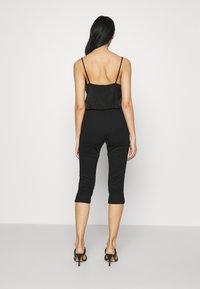 Vero Moda - VMLEXIE CAPRI PANT - Shorts - black - 2