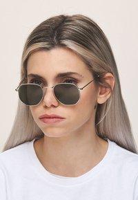 Meller - EYASI - Sunglasses - silver olive - 0