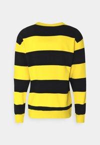 Nike SB - NOVELTY CREW UNISEX - Sweatshirt - university gold/black - 1