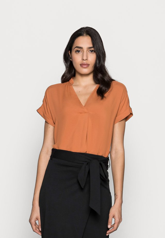 VIKSA  - T-shirt con stampa - honey