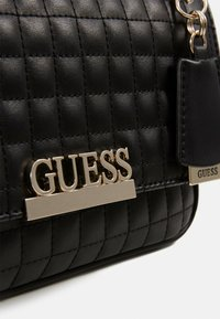Guess - MATRIX CONVERTIBLE XBODY FLAP - Umhängetasche - black - 4