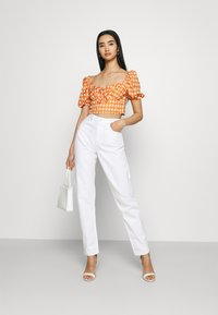 Glamorous - MAYA RUCHED BUST CROP TOP WITH FRONT TIE DETAIL PUFF SHORT SLEEVES - Blouse - rust gingham - 1