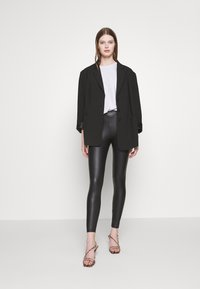 New Look - WET LOOK  - Leggings - Trousers - black - 1