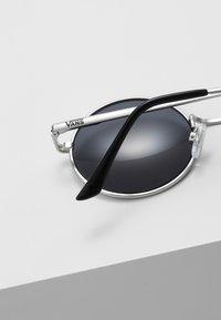 Vans - UA GUNDRY SHADES - Gafas de sol - matte silver/dark smoke - 4