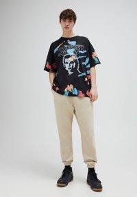 PULL&BEAR - STRANGER THINGS - Print T-shirt - black - 4