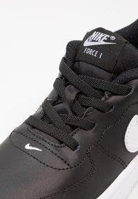 Nike Sportswear - FORCE 1 18 - Sneaker low - black/white - 5
