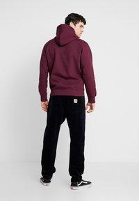 Carhartt WIP - HOODED CHASE  - Mikina s kapucí - shiraz/gold - 2