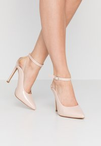 Lost Ink - POINTED HIGH COURT WITH ANKLE STRAP - Escarpins à talons hauts - nude - 0