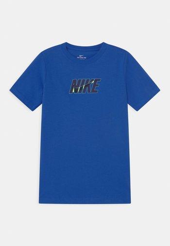 TEE GLOW  - Print T-shirt - game royal