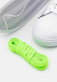 Nike Sportswear - BLAZER MID '77 UNISEX - Baskets montantes - grey/white sport red/electic green - 7