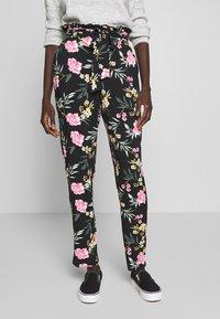 Vero Moda Tall - VMSIMPLY EASY PAPERBAG PANT - Bukse - black/elva - 0