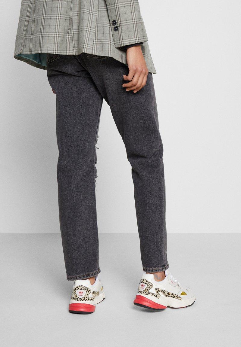 adidas Originals - Sneakersy niskie - chalk white/offwhite/scarlet