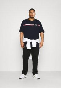 Tommy Hilfiger - SPLIT TEE - Print T-shirt - desert sky - 1